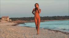 Piękna I Naga Modelka Na Piaszczystej Plaży