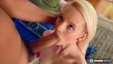 Słodka Blondynka Pocałowała Się Z Jego Penisem