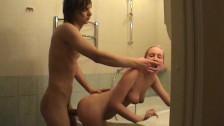 Nastolatkowie Buszują W łazience