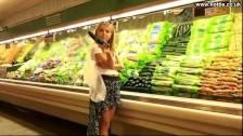 Młoda Laska Wkłada Sobie Ogóra Do Cipy W Supermarkecie