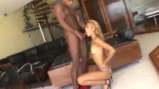 Seksi Blondyna Zabawia Się Murzyńską Fają