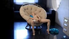 Słodka Laska Usiadła W Fotelu I Doprowadziła Się Do Mega Orgazmu
