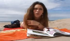 Rozgrzana Cipka Wygrzewa Się Na Plaży